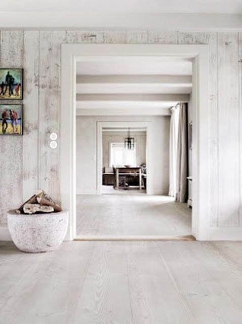 białe panele postarzane na ścianie