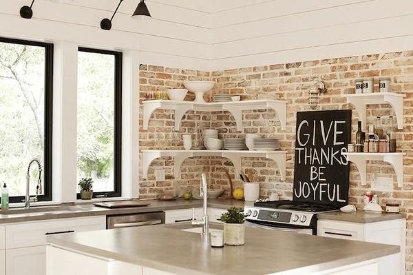 ściana z cegły biała kuchnia