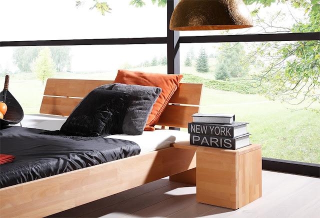 drewniany stolik nocny