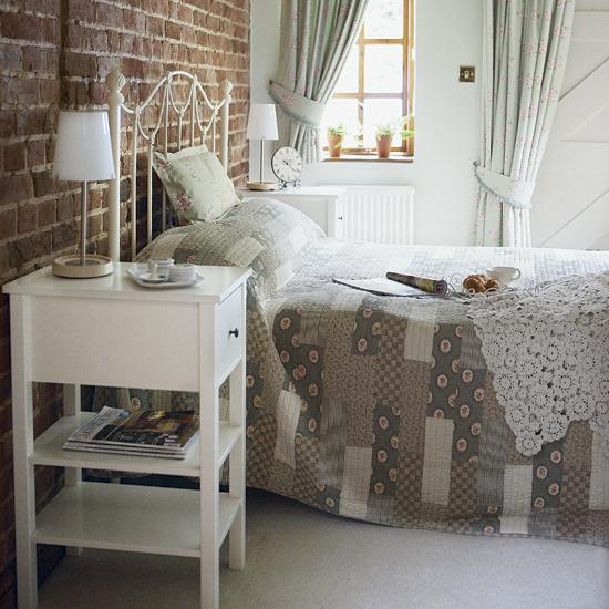 ściana z cegły sypialnia