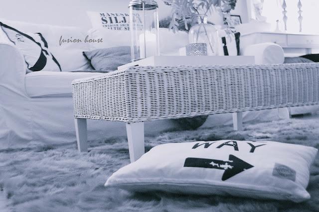 biały wiklinowy stolik