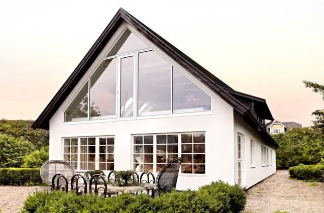 biały dom skandynawski,przeszklony dom,dom z tarasem,jak urządzić taras,meble do ogrodu,dom na sprzedaż