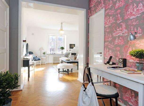 wzorzysta tapeta do przedpokoju,otwarta przestrzeń,biała konsolka,różowa tapeta,szare ściany,wąski przedpokój,biały przedpokój,korytarz,jak urzadzić wąski korytarz,biale ściany,skandynawski styl,nowoczesne mieszkanie,dekoracja holu,dekoracje do przedpokoju,typografie,czarny chodnik,dywan w przedpokoju,biała podłoga