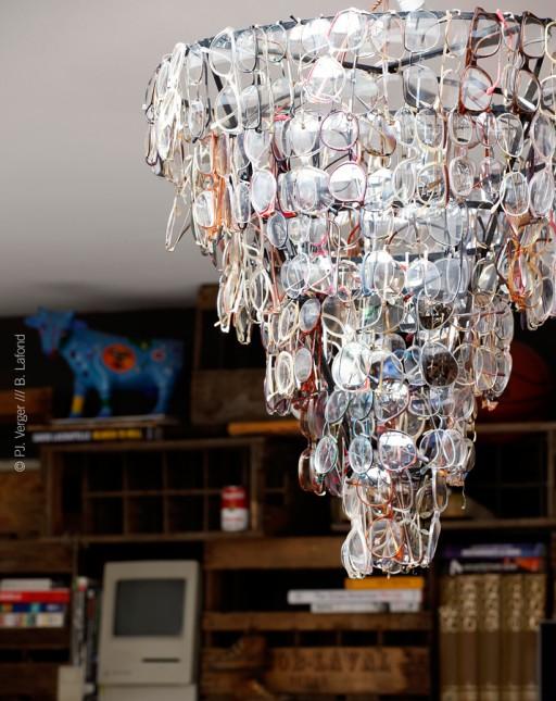 żyrandol z okularów, przedmioty z recyklingu,pop-art,rock&roll,vitage,nowoczesne wnetrze,loft,czerwone ściany,pchli targ