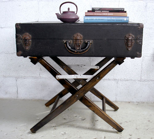 czarna walizka,brązowa walizka,stolik z walizki,biała walizka,białe dekoracje,vintage,retro,romantyczna dekoracja, ekologiczne