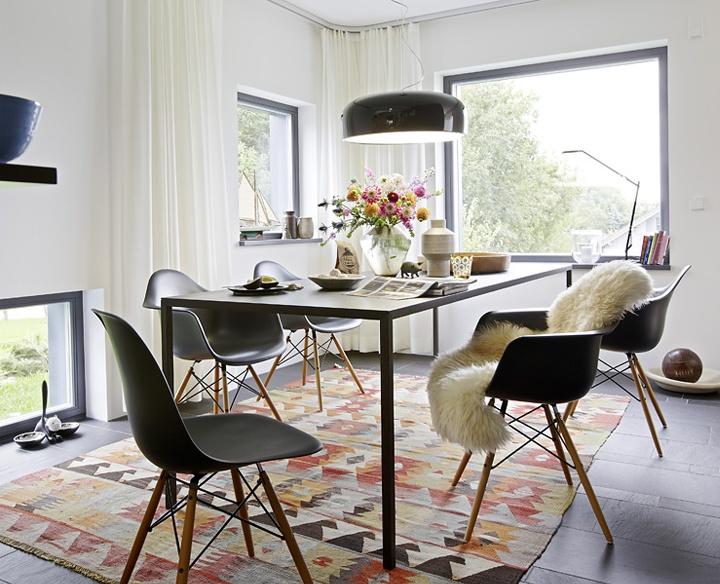 czarne nowoczesne krzesła,skandynawska jadalnia