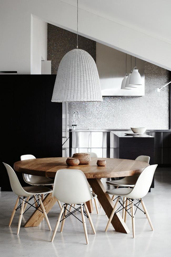 okrągły stół,białe nowoczesne czarnobiała aranżacja jadalni