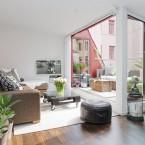 Barwione drewno, biel i cegły na ścianach, czyli inspirująca aranżacja mieszkania z fantastycznymi schodami :)