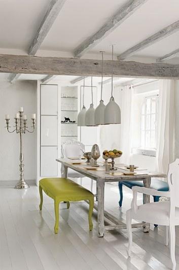 barokowa jadalnia,jadalnia w stylu glamour,biala jadalnia,zielona ławka,niebieska ławka