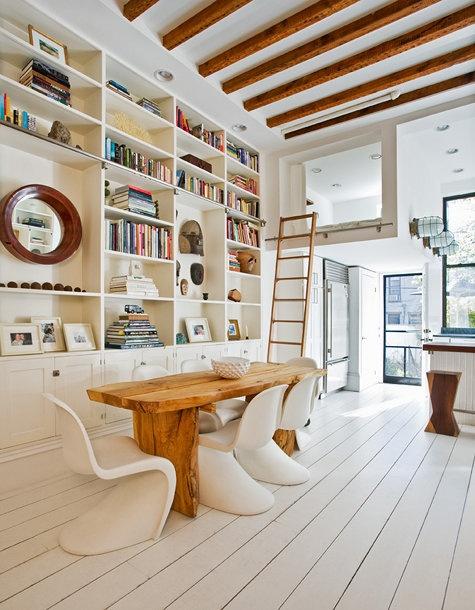 wiejski stół,nowoczesne białe krzesła,drewniany duży stół