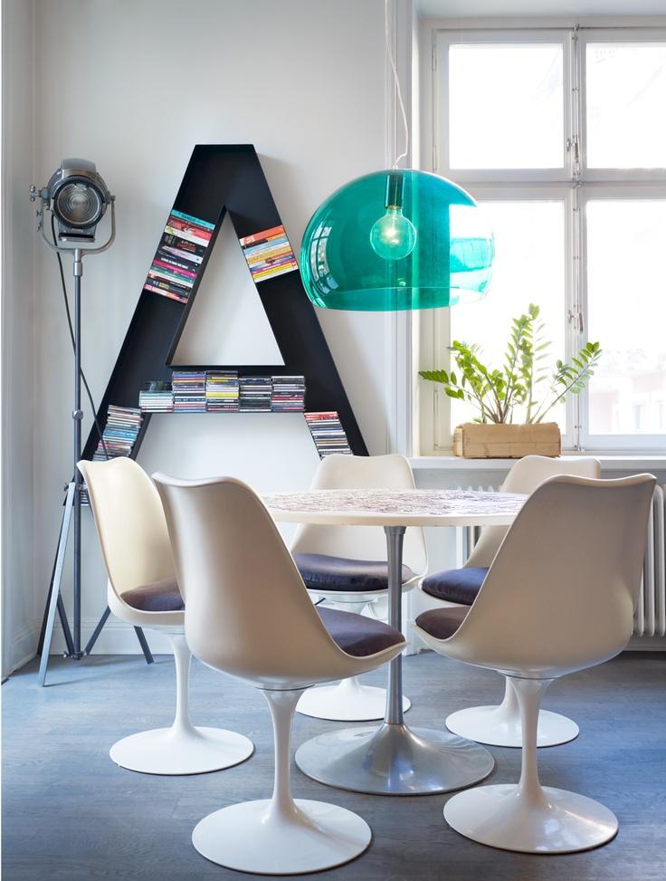 białe krzesła,iałe fotele,turkusowa lampa,nowoczesna jadalnia