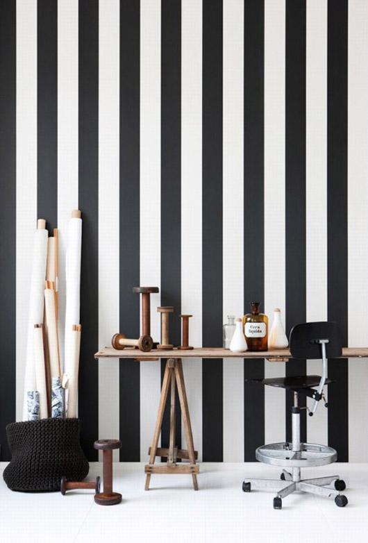 tapeta w czarno-białe paski, czarno-biała aranżacja,ściana w paski,dekoracje w paski