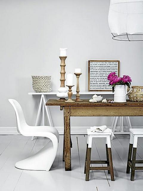 białe wnętrza,białe krzesła,sandynawskie taborety,skandynawska jadalnia,rustykana jadalnia