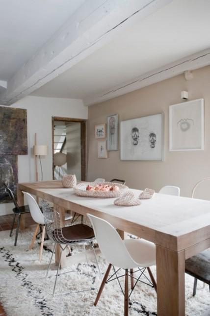 beżowa jadalnia,białe krzesła,metalowe krzesła,srebrne krzesła,druciane krzesła