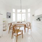 Piękne białe wnętrza z elementami drewna – idealna para, czyli mieszanka doskonała (zakupy on-line)
