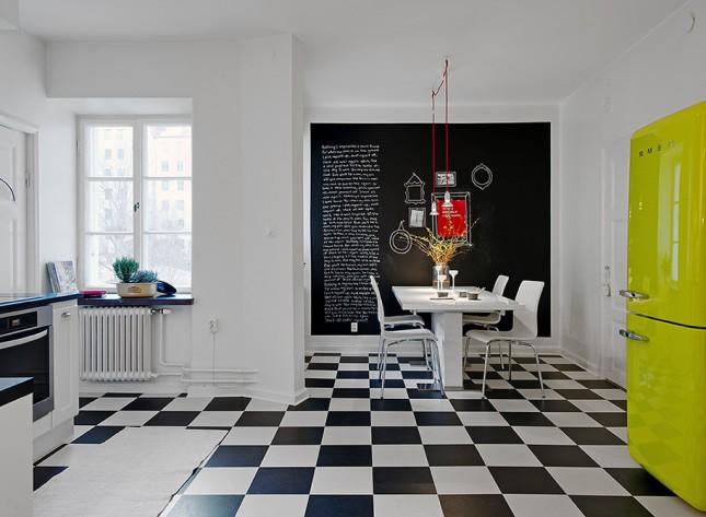 alvhemmakleri.segallerikok (8),czarna ściana, aranzacja kuchni, biala kuchnia,żółta lodówka,kolorowa lodówka,czarnobiała terakota,terakota w karo