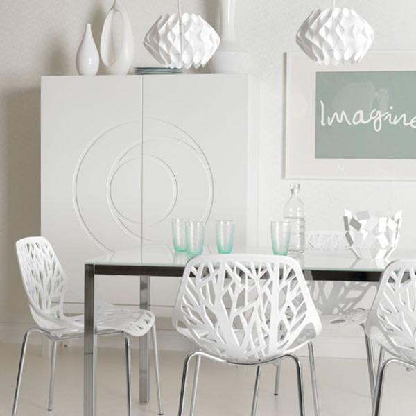 biała kuchnia,biała jadalnia,białe rzesła,ażurowe krzesła,białe dekoracje,białe wnętrza