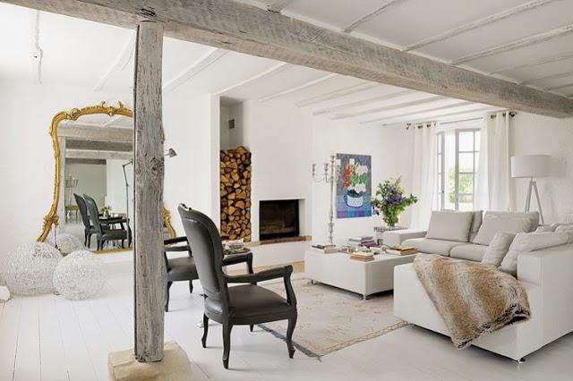 białe wnętrze,rustylana aranzacja,eklektyzm,barokowe dekoracje,złote lustro,barokowe lustro,czarne krzesła,
