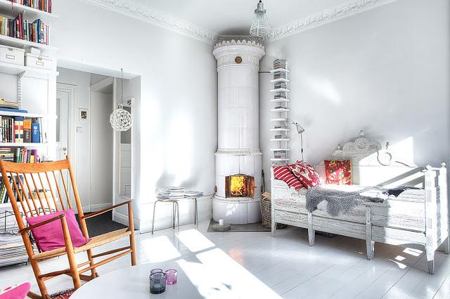 biały ceramiczny kominek,skandynawski biały piec,kominek-piec skandynawski,ceramicny kominek,stylizowany skandynawski piec,biały piec,biały kominekskandynawski salon z kominkiem,