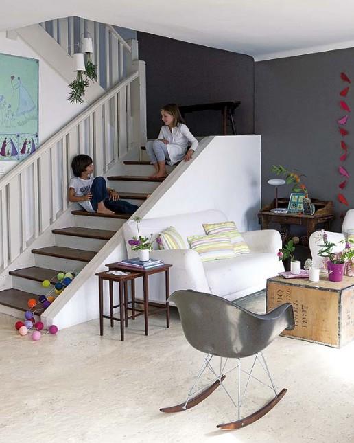 salon szaro-biały,grafitowa ściana,w stylu eklektycznym