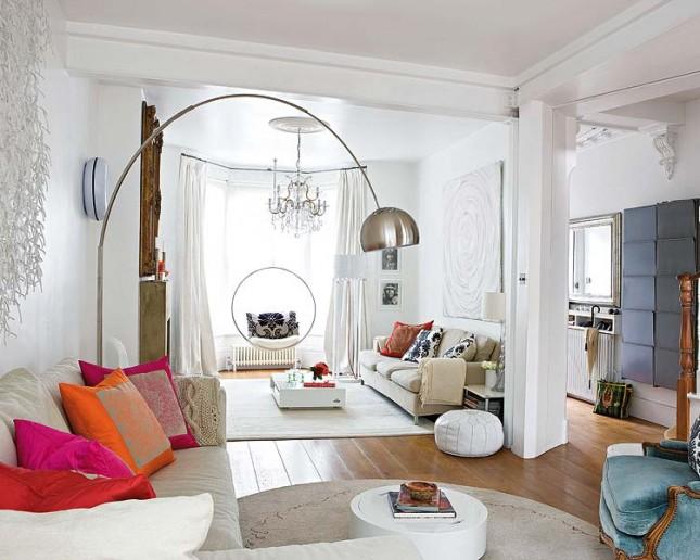 biały salon,białe wnętrze,aranżacja,miksy w aranżacji,duża,srebrna lampa podłogowa