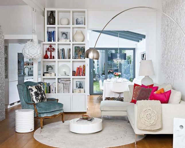 biao-szary salon,czerwone , różowe dodatki,nowoczesne meble,prowansalski fotel,szary,rattanowy fotel,zmiksowany styl,eklektyczny styl