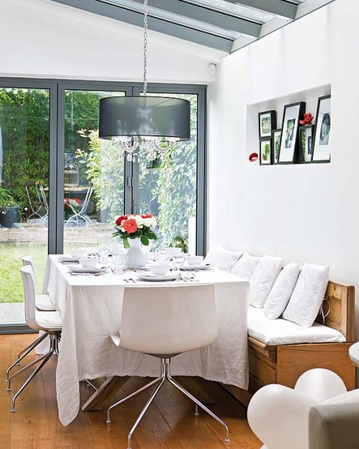biała jadalnia,drewniane siedziska,nowoczesne krzesła