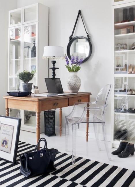 biurko na cienkich nogach