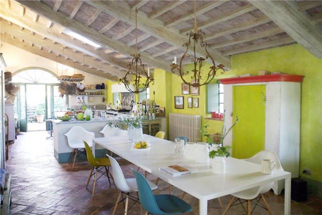 włoski dom,kolorowe wnętrza,aranzacje w kolorach,soczyste kolory we wnetrzach,nietypowe wnetrza,śródziemnomorska aranzacja otwartej przestrzeni,włoskie insliracje,aranzaxja domu i ogrodu,wakacyjny kolorowy dom,salon z kuchnią