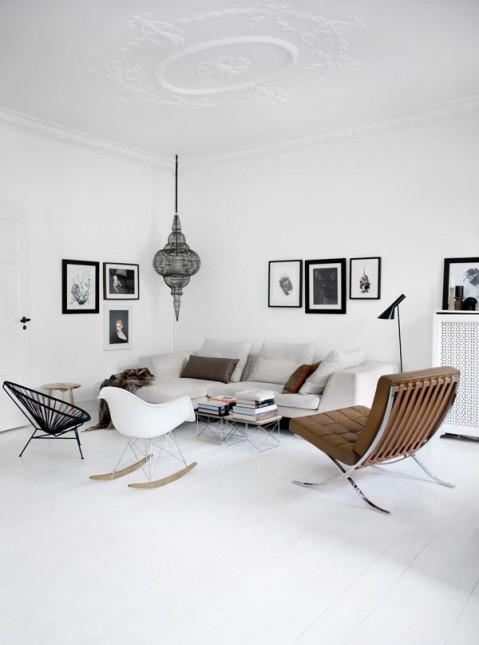 skandynawski salon,salon w skandynawskim stylu,sofa i fotele do salonu,skandynawski styl,biało-czarne wnętrza,mały salon,jak urządzić salon w skandynawskim stylu,białe ściany w salonie,biała podłoga w salonie,nowoczesne meble w salonie,orientalna lampa do salonu,skandynawski pokój dzienny,czarna lampa wisząca w salonie,czarno-białe grafiki do salonu
