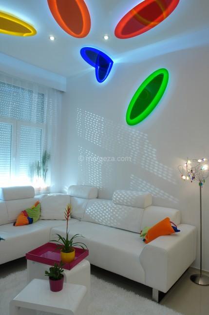 nowoczesne mieszkanie,jak urzadzić nowoczesne mieszkanie,aranzacja nowoczesnego mieszkania,dom w nowoczesnym stylu,kolorowa aranzacja mieszkania,dizajnerskie mieszkanie,desingerskie mieszkanie,mieszkanie dla młodych,młodzieńczy wystrój mieszkania,wesołe inspiracje wnętrz,nowoczesne wnętrza mieszkań,biały kolor we wnętrzach,jak łączyć biały kolor,jakie kolory sa modne we wnetrzach,żółte dodatki do wnętrz,niebieski kolor,zielony kolor,czerwony kolor,pomarańczowy kolor we wnętrzach,kolorowe oświetlenie