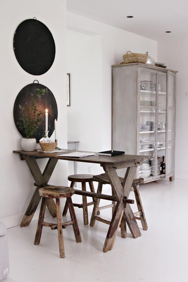 drewniane stoły,rustykalne stoły,drewniane ławki,jadalnia w skandynawskim stylu,jadalnia w rustykalnym stylu,białe wnętrza,proste ławki i stoły,brązowe stoły