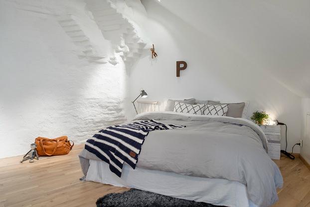 Skandynawska sypialnia aran acja skandynawska poddasze w skandynawskim stylu pled w czarno bia e - Deco kamer jongen jaar ...