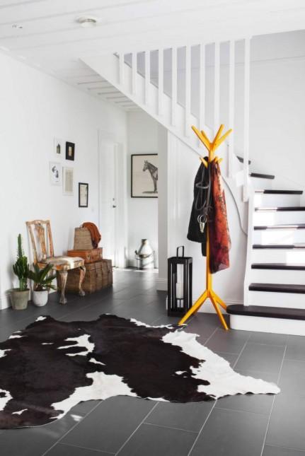stylowe krzesło antyczne,żółty wieszak w stylu nowoczesnym,bydleca skóra w czarno-białym kolorze,drewniany lampion,szklany lampion ze sznurem,marynistyczna latarenka ze szkła,pleciony kufer,skórzana walizka w rudym kolorze,aranzacja w mieszanym stylu,wnetrza w eklektycznym stylu,przedpokój w mieszanym stylu,styl eklektyczny we wnętrzach skandynawskich