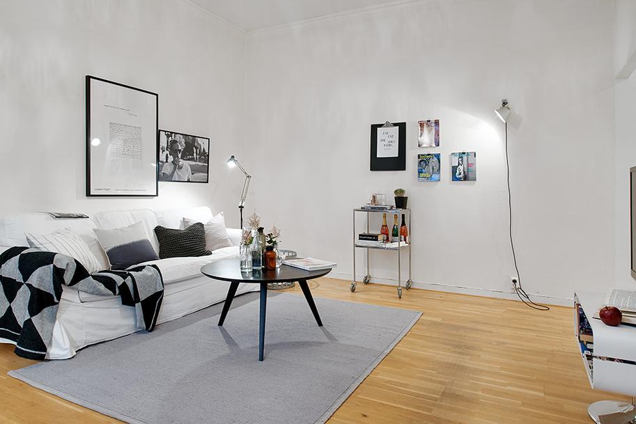 barek w salonie, jak wieszać obrazy na ścianie w salonie,biała sofa  w salonie