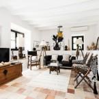 Wyrafinowane motywy czerni, bieli i etnicznych dekoracji w eklektycznej aranżacji domu, czyli wysmakowane zakupy on-line