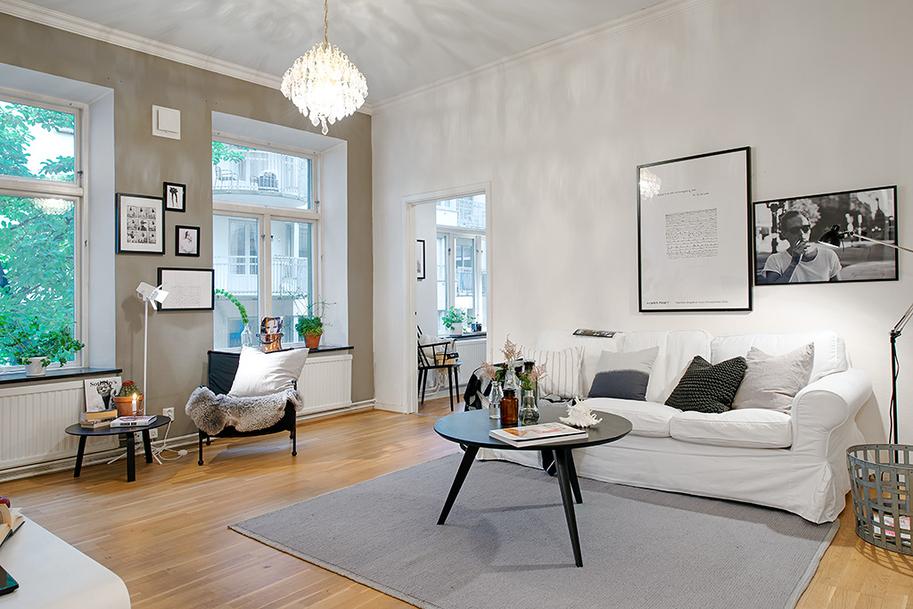 salon w stylu skandynawskim, szary dywan w salonie, beżowe ściany w salonie