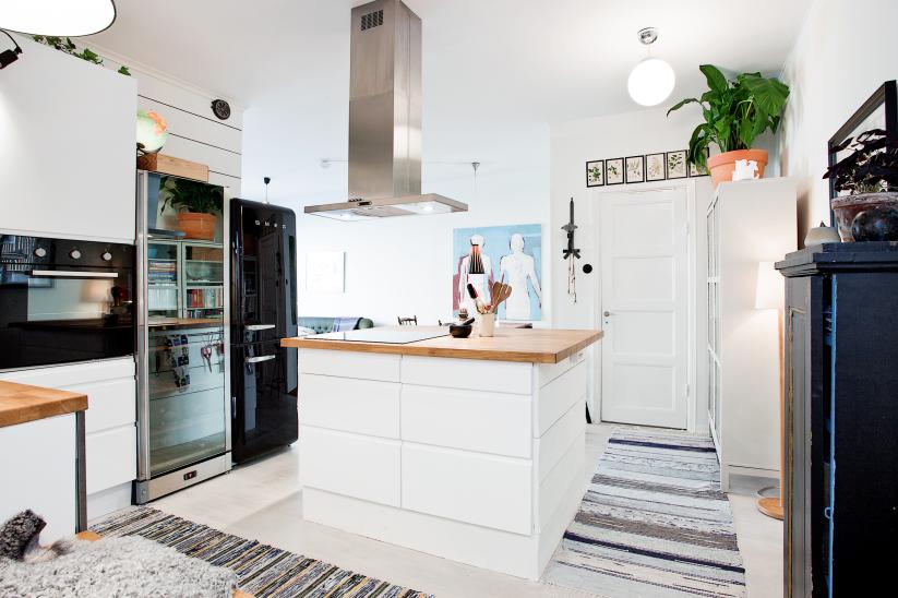 Jak urządzić małą kuchnię z wyspą w kształcie kwadratu? -> Kuchnia Czarna Mat
