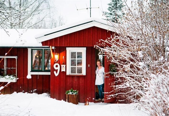czerwony dom w zimowej aranżacji