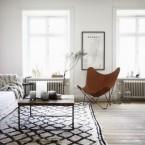 Ciekawy mix w prostej i przestronnej aranżacji otwartego mieszkania w stylu skandynawskim w poniedziałkowych zakupach  on-line