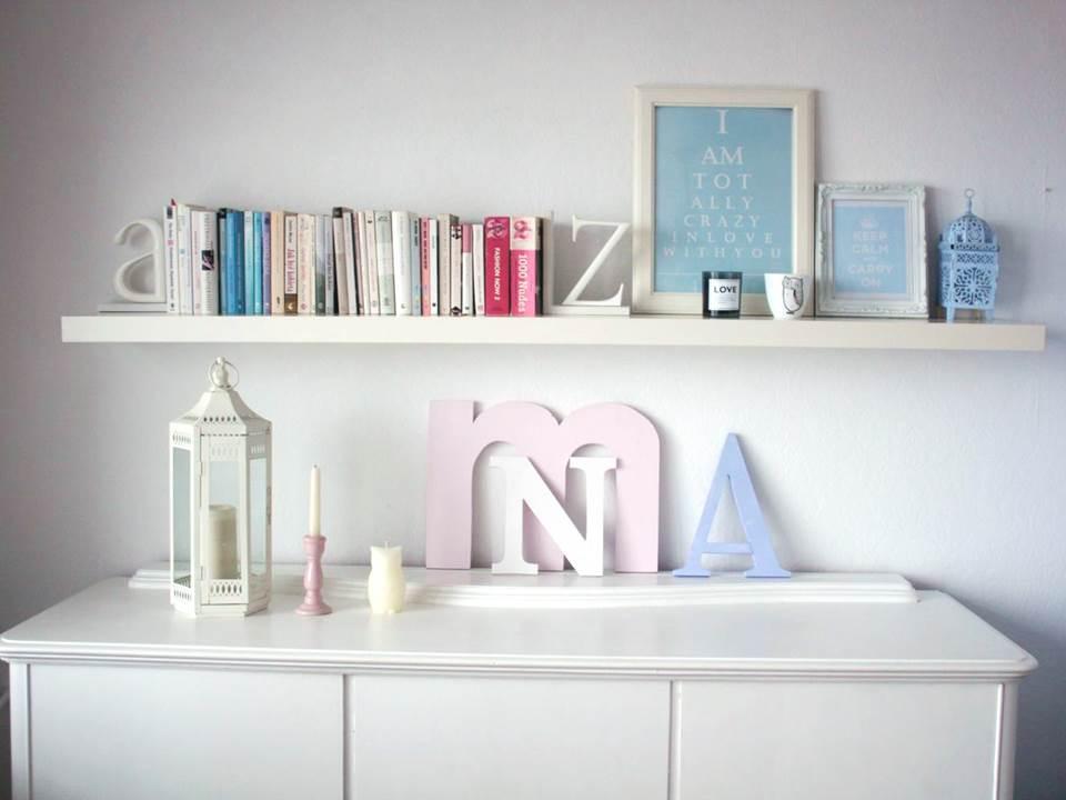 dekoracje z typografią w salonie