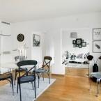 Małe mieszkanie w czarno-białej aranżacji z otwartą zabudową kuchni, przedpokoju i salonu – zakupy online