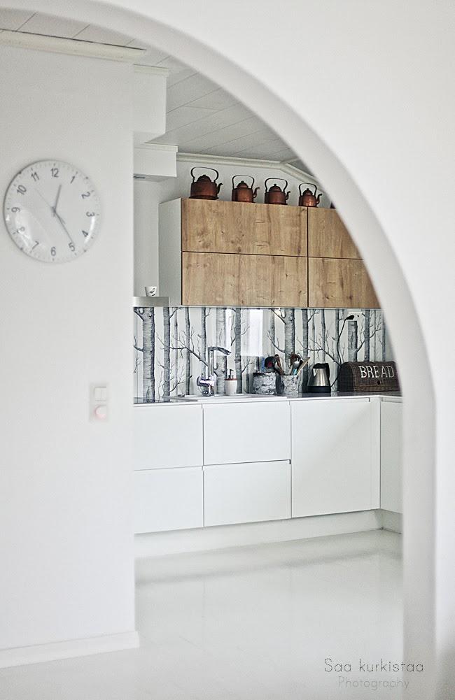 aranżacja kuchni w bieli i drewnie