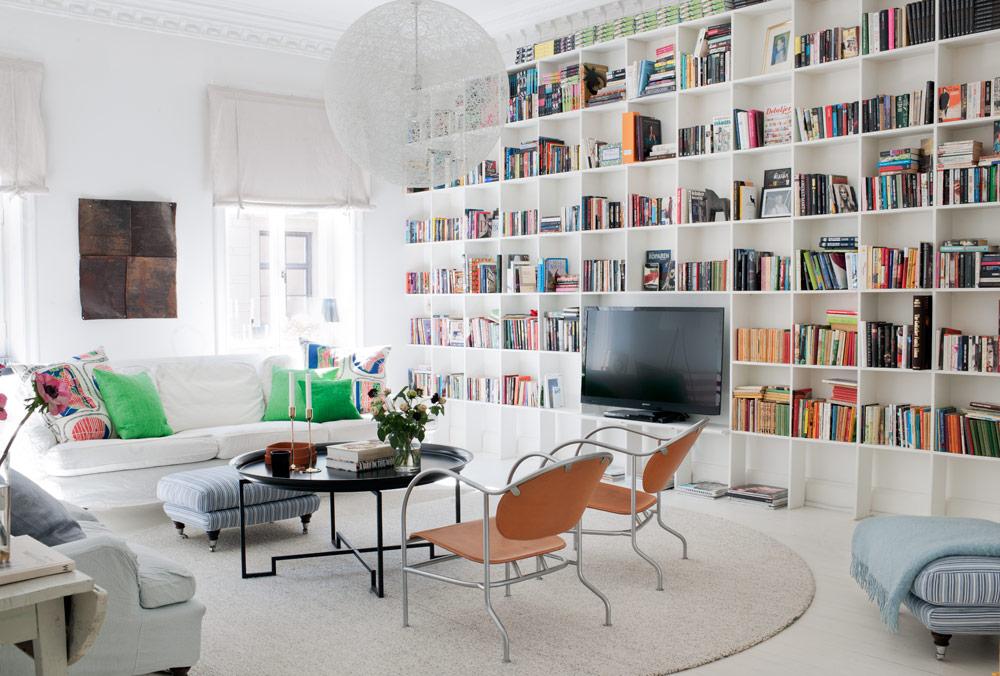 aranżacja salonu z biblioteką