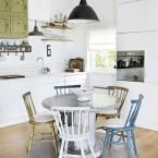 Skandynawski domek w zmiksowanym stylu, czyli jak mieszać rustykalne i industrialne detale w postarzanej i patynowanej oprawie w białym wnętrzu?