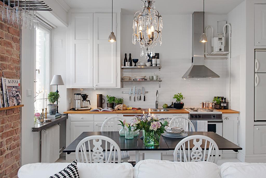 Małe mieszkanie w stylu skandynawskim ze ścianą z cegły,ciekawymi dywanami i   -> Kuchnia Z Jadalnią Styl Skandynawski