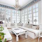 Dom z bajecznie oszkloną werandą, z bielonym i naturalnym drewnem, w aurze skandynawskiego spokoju…