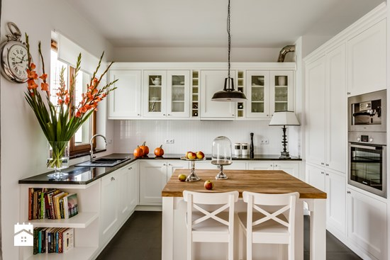 Jak zaaranżować białą kuchnię kwadratową z wyspą na środku? -> Kuchnia Prowansalska Z Wyspą
