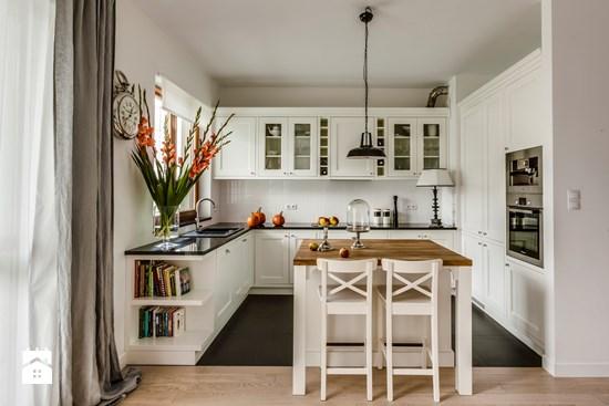 Jak zaaranżować białą kuchnię kwadratową z wyspą na środku? -> Mala Kuchnia Z Wyspą Aranżacje