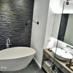 Kolejna niesamowita metamorfoza – before & after łazienki głównej w czerni i bieli :)